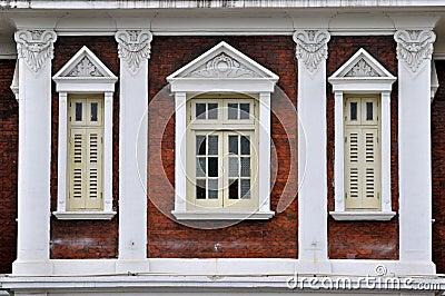 Finestra nella disposizione geometrica e simmetrica