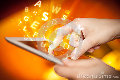 Finger que señala en la PC de la tableta, concepto de las letras