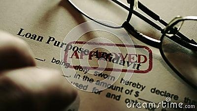 Fingerabdrücke auf Kreditzweckaffidavit-Formular stock video