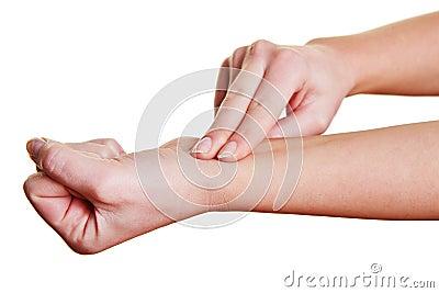 Fingrar känsla pulsera på wristen