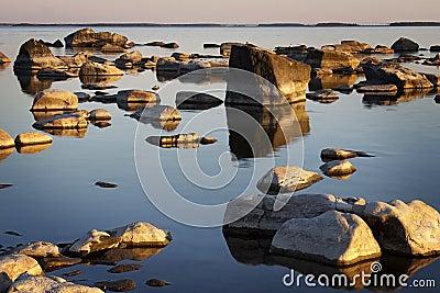 Finlandia: Línea de la playa rocosa