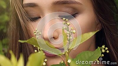 Fiori odoranti della ragazza di bellezza Primo piano Sano organico naturale di concetto, prodotti dei cosmetici archivi video