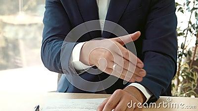 Firma del contratto e di una stretta di mano video d archivio