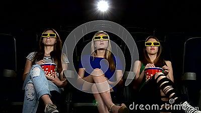 Firma des Mädchens einen Film am Kino aufpassend: Horror stock footage