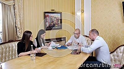 Firmenkundengeschäftteamarbeitssitzung im Büro Zusammenarbeit, wachsend, Erfolgskonzept unter Verwendung des Diagramms stock video footage