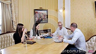 Firmenkundengeschäftteamarbeitssitzung im Büro Zusammenarbeit, wachsend, Erfolgskonzept unter Verwendung des Diagramms stock video