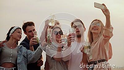 Firmy bardzo życzliwi stojaki na dachu, mieć zabawę, pijący koktajl i brać selfies, lato miastowy koktajl zbiory wideo