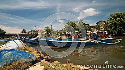 Fischerboote, die in Fluss in Cilacap, Java, Indonesien segeln stock video