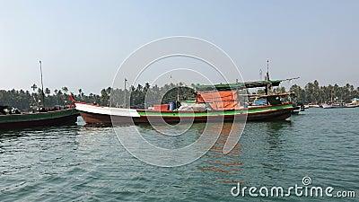 Fischerboote im Parkplatz, Ngapali stock footage