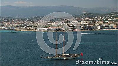 Fischereifahrzeug| Cannes Beach Cityscape View, Frankreich stock video footage