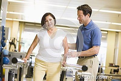 Fisioterapeuta com o paciente na reabilitação