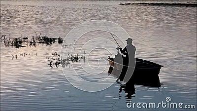 Fiskare på Lipno sjön stock video