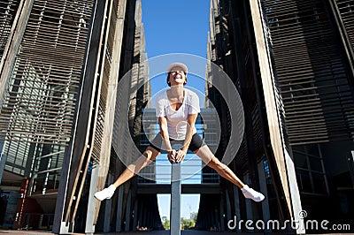 Fit och sund mogen kvinna som hoppar II
