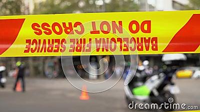 Fita amarela com a inscrição 'Serviço de incêndio de Barcelona, não cruze' video estoque