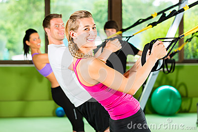 Fitness - Leute beim Suspension training