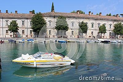 Fiume (flod) Mincio, Peschiera Del Garda Italy Redaktionell Arkivfoto