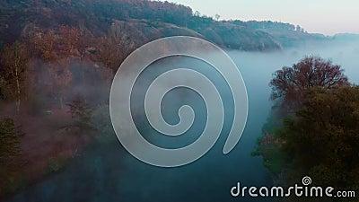 Fiume nascosto nella nebbia stock footage
