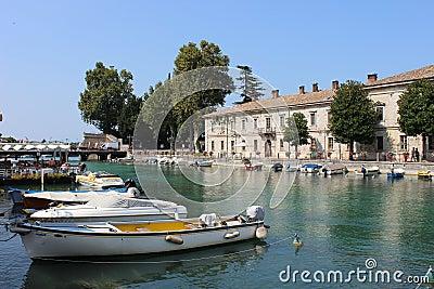 Fiume (río) Mincio, Peschiera Del Garda Italy Fotografía editorial