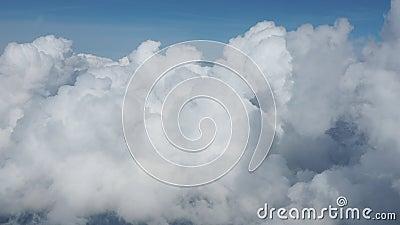 Fläche trägt eine Masse von weißen Wolken ein Ansicht vom Flugzeugfenster stock video footage