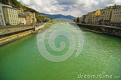 Flödande flod för stad