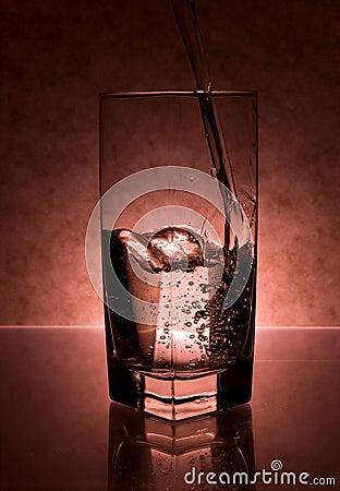 Flüssigkeit, die in Glas gegossen wird