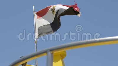 Flagga av Egypten som fladdrar i vinden mot den bl?a himlen lager videofilmer