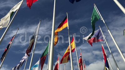 Flaggen vieler Länder, die in den Wind auf dem blauen Himmel und den weißen Wolken wellenartig bewegen Politik, Verhältnis, inter stock footage