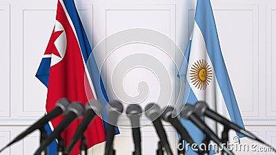 Flaggen von Nordkorea und von Argentinien bei der internationalen Sitzungs- oder VerhandlungsPressekonferenz stock video