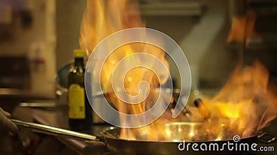 Flambe jedzenie w niecce zdjęcie wideo