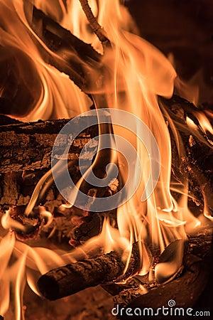 flammen auf holz im feuerlager stockfoto bild 69107053. Black Bedroom Furniture Sets. Home Design Ideas