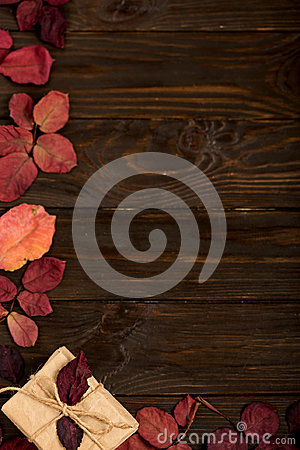 Free Flat Lay Frame Of Autumn Crimson Leaves And Gift Boxes On A Dark Stock Photography - 98249472