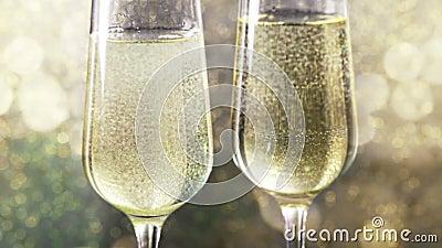 Flauto di riempimento di champagne con le bolle dorate contro il fondo del bokeh dell'oro, concetto del buon anno di lusso dorato archivi video