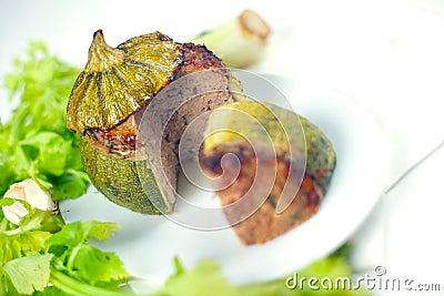 Fleisch angefüllt ringsum Zucchini