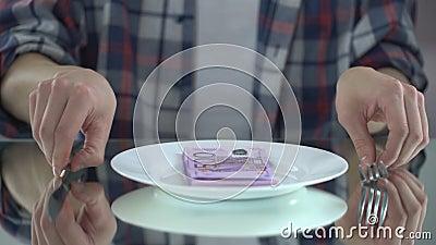 Fleisch fressende Eurobanknoten, Geld vergeudend, Symbol der Verbraucherschutzbewegung, Budget für Lebensmittel stock video
