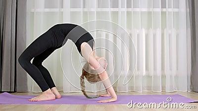 Flexible Mädchenschulung zu Hause akrobatische Übungen Acrobat Girl Biege zu Gymnastikbrücke Fit-junge Frau, die trainiert stock footage