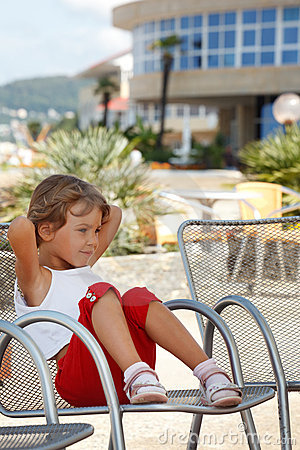 Flicka för klar dag för fåtölj little sittande sommar