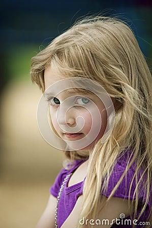 Flicka little som är olycklig
