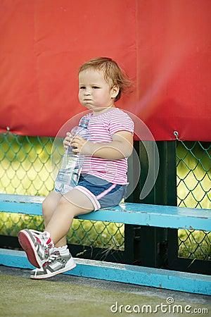 Flicka med flaskan av mineralvatten