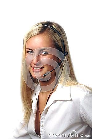 Flicka med hörlurar med mikrofon