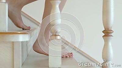 Flicka som går ner kal fot för trappa lager videofilmer