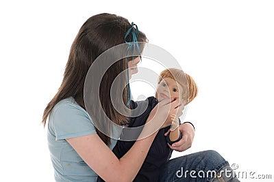 Flicka som leker med docka 2