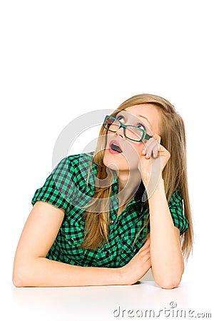 Flicka som ser förvånad upp