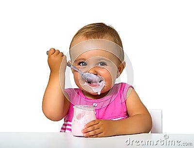 Flicka som äter yoghurt