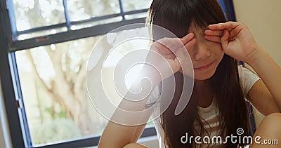 Flicka som upp vaknar och gnider henne ögon 4k stock video