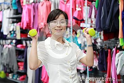 Flicka som utarbetar på idrottshallen