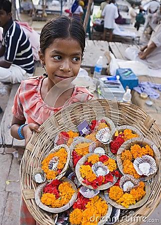 Flickaindia indiska offerings som säljer varanasi Redaktionell Arkivfoto
