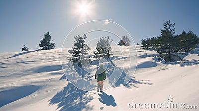 Flickalopp som fotvandrar i vinterberg som trekking i vintertid, ultrarapid lager videofilmer