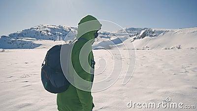 Flickalopp som fotvandrar i vinterberg som trekking i vintertid, ultrarapid arkivfilmer