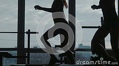 Flickan med instruktören gör konditionövningen som använder tillsammans ett moment i sportidrottshall lager videofilmer