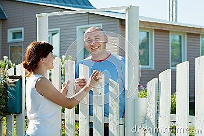 Flickan och mannen nära fäktar grinden